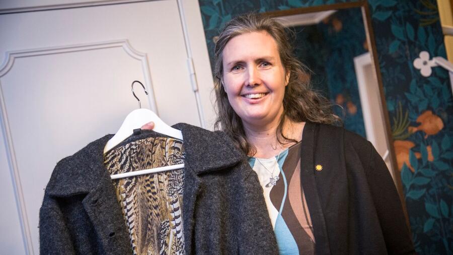 555801f220d Monika Bubholtzs garderob består till största delen av egna sydda kläder av  återvunna tyger och gardiner. I den välfyllda garderoben trängs klänningar,  ...