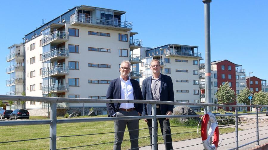 9f1fb1540926 HSB Nordvästra Götalands vd Torbjörn Friberg och ordförande Sören  Pettersson framför två av nyförvärven i bolagets fastighetsbestånd.