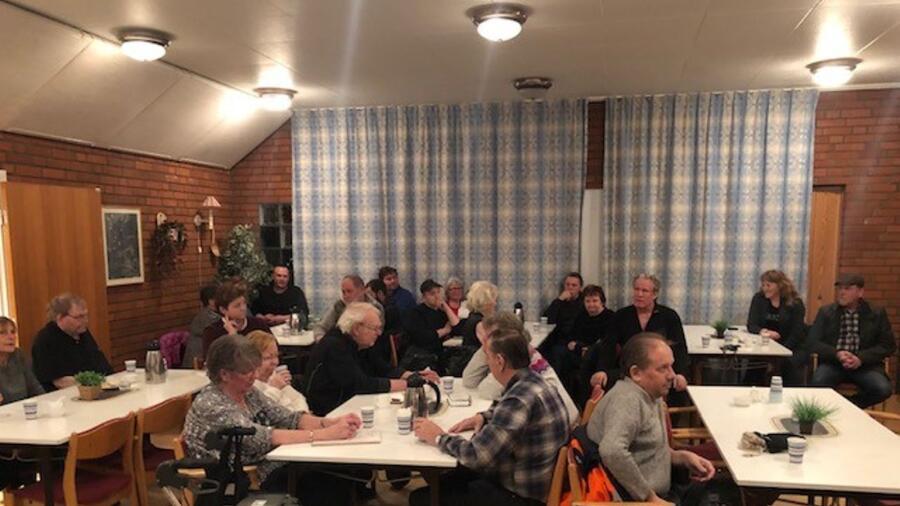 f03c5e64 Omkring 40 personer hade slutit upp i Bäckhammar för att visa sitt stöd för  Folkets hus betydelse för orten.