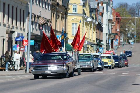 Kortegen följdes av en liten folkskara i Åmåls centrum.