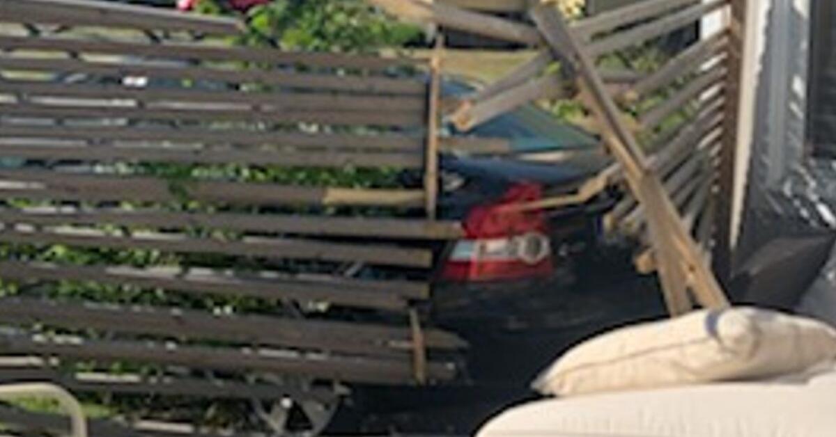 Bil kraschade in i altan