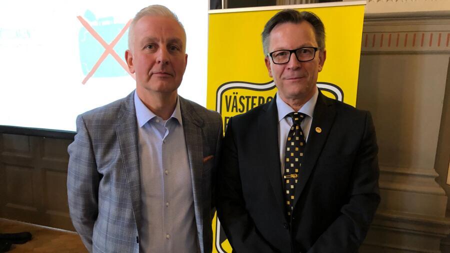 caa1f4342446 Peter Karlsson (till höger) tackade för sig som ordförande i Västergötlands  fotbollförbund på lördagens distriktsmöte som ägde rum i Skövde.