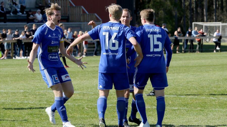 6ceb3bc9a46e Axel Sjöman (till vänster) gjorde två mål när IFK Skövde besegrade Skara FC  på bortaplan i toppmötet och gick upp i serieledning.